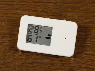 左側に温度と湿度が常時表示されているんですが、 上にあるスイッチをオンにすると熱中症注意表示モードになります。